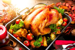 Grillad kalkon som garneras med potatisen Tacksägelse- eller julmatställe Royaltyfri Foto