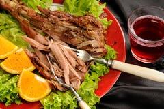 Grillad kalkontrumpinne med apelsinen, grönsallat och rosa vin på b Arkivbild