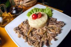 Grillad kalvköttmaträtt som tjänas som med potatispuré Arkivfoto