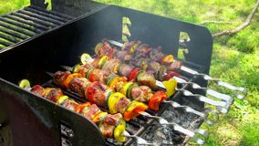 Grillad kebab på metallsteknålen Kock Cooking lager videofilmer