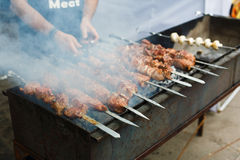 Grillad kebab på metallsteknålen, grillfest Arkivbild
