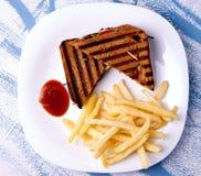 Grillad klubbasmörgås med bbq-sås Fotografering för Bildbyråer