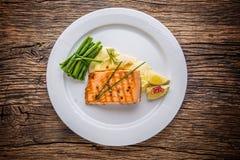 grillad lax Laxfilé med citronen och haricot vert grillad fisk Royaltyfri Fotografi