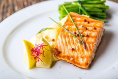 grillad lax Laxfilé med citronen och haricot vert grillad fisk Arkivfoton