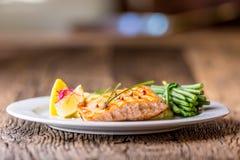 grillad lax Laxfilé med citronen och haricot vert grillad fisk Arkivbilder