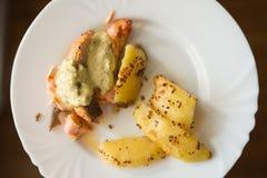 Grillad lax med den grillad sötpotatisen och wakamesås på den vita plattan Royaltyfri Bild