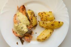 Grillad lax med den grillad sötpotatisen och wakamesås på den vita plattan Royaltyfri Foto