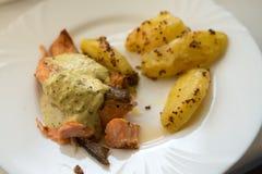 Grillad lax med den grillad sötpotatisen och wakamesås på den vita plattan Royaltyfria Foton