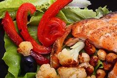 Grillad lax med grönsakörter Arkivbild