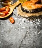 Grillad lax med olivolja, tomater, citronen och kryddor Royaltyfria Foton