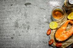 Grillad lax med olivolja, tomater, citronen och kryddor Royaltyfri Foto