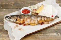 grillad mackerel Tjäna som på ett träbräde på en lantlig tabell Meny för grillfestrestaurang, en serie av foto av olikt Royaltyfri Fotografi