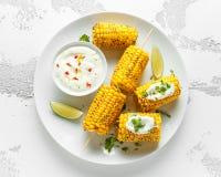 Grillad majs med den vit mexikansk sås, chili och limefrukt Sund sommarmat royaltyfri fotografi
