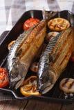 Grillad makrill för havsfisk och grönsakcloseup vertikalt royaltyfri foto