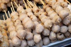 Grillad mat för köttbulleThailand gata som är klar att äta arkivfoto