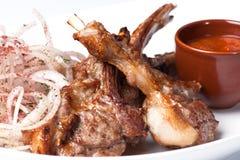 Grillad meat på stöden Royaltyfria Foton