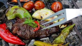 Grillad nötköttbiff med grönsaker på grillfesten stock video