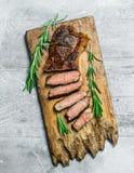 Grillad nötköttbiff med rosmarin och kryddor arkivfoto