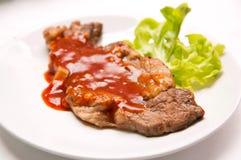 Grillad nötköttbiff med sås och grönsaker arkivbilder