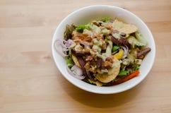 Grillad nötköttsallad med tomaten, potatis, lök Fotografering för Bildbyråer