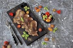Grillad nötkötttunga med grönsaker Royaltyfria Bilder