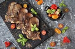 Grillad nötkötttunga med grönsaker Arkivbild