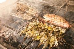 Grillad ny skaldjur: räkor fisk, bläckfisk, grillfest för ostronmatbakgrund/laga mat BBQ-skaldjur på brand royaltyfria foton