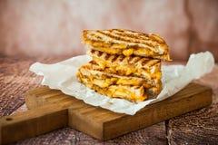 Grillad ostsmörgås Arkivbilder