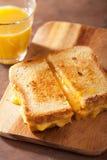 Grillad ostsmörgås för frukost Arkivfoton