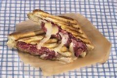 Grillad pastrami och ostsmörgås Arkivbild