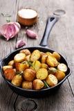 Grillad potatis i stekpanna Royaltyfria Bilder