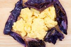 Grillad röd purpurfärgad organisk kål och den organiska anden förvanskade ägg arkivbild