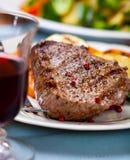 grillad röd steakwine för nötkött exponeringsglas royaltyfri foto