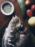 Grillad rubinfisk med kryddig sås Arkivfoto