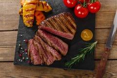 Grillad sällsynt nötköttbiff royaltyfri bild