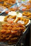 Grillad söt fisk av det thailändska stilgallret i gatamaten arkivbild