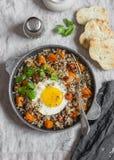 Grillad sötpotatis, quinoa och stekt äggbunke Läcker sund frukost eller lunch Arkivfoton