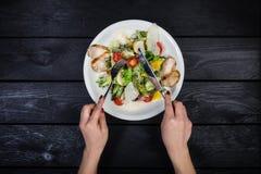 Grillad sallad för fegt bröst, körsbärsröda tomater och isbergsallad arkivfoto