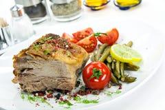 grillad salladtomat för kotlett pork Royaltyfri Bild