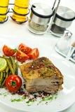 grillad salladtomat för kotlett pork Fotografering för Bildbyråer