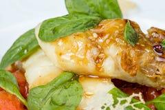 Grillad seabassfilé med grönsaker och örter Arkivbilder