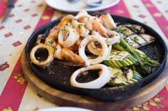Grillad skaldjur på den svarta varma plattan Royaltyfri Fotografi