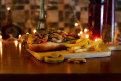 Grillad smörgås för nötköttfläskkarré med ostliknande Bearnaisesås arkivbild
