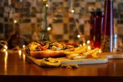 Grillad smörgås för nötköttfläskkarré med ostliknande Bearnaisesås arkivbilder
