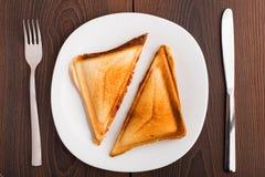 Grillad smörgås på plattan Arkivbilder