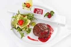 Grillad steak med grönsaker royaltyfri foto