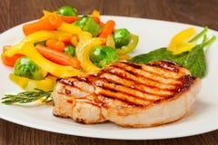 Grillad steak med grönsaker Fotografering för Bildbyråer