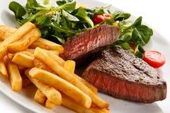 Grillad stek med potatisar och grönsaker royaltyfri bild