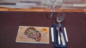 Grillad svart Angus Steak Ribeye och pepparsås stock video