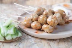 Grillad thailändsk köttboll med kryddig sås, selektiv fokus Royaltyfri Foto